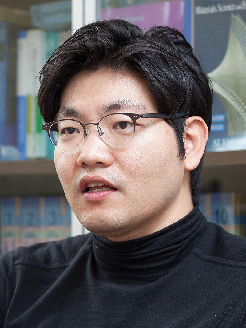 Kisuk Kang