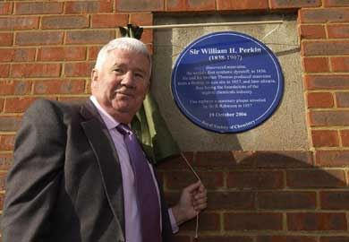 RSC president Professor Jim Feast unveils the Sir William Perkin commemorative plaque at an event in London in autumn 2006
